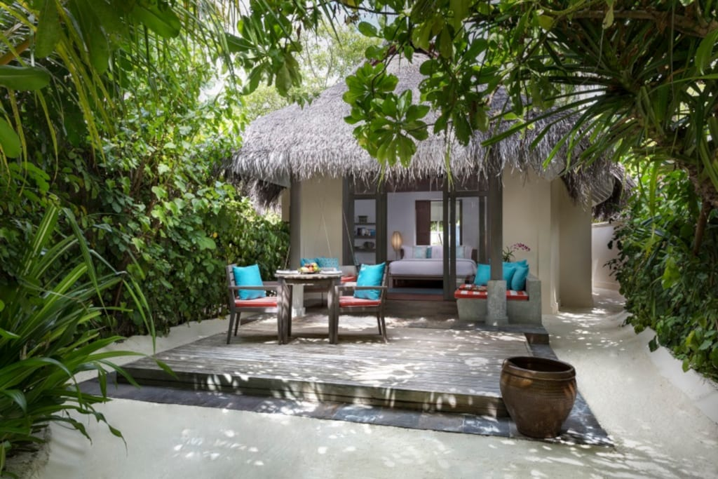 Anantara_Dhigu_Sunset_Beach_Villa_Bedroom_Exterior